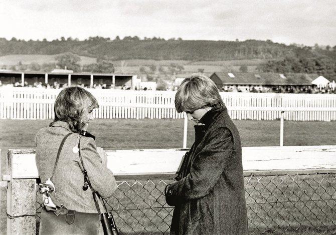 24 октября 1980 года. За год до своей свадьбы Диана встречается с Камиллой Паркер-Боулз. Она и не подозревала, что ей предстоит делить с этой женщиной одного мужчину!