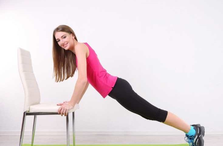 5 упражнений со стулом, которые быстро меняют фигуру к лучшему