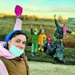Агата с детьми и подругой убирают мусор, который разбросали несознательные соседи по поселку. Фото