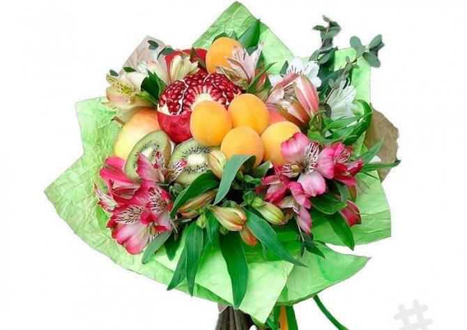 Букет из цветов и фруктов