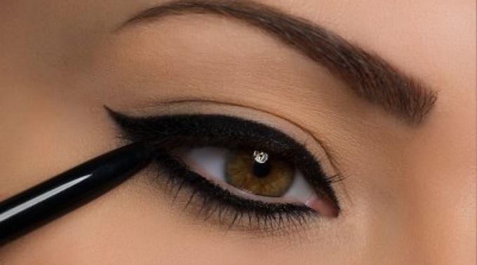 Чем рисовать правильные стрелки на глазах