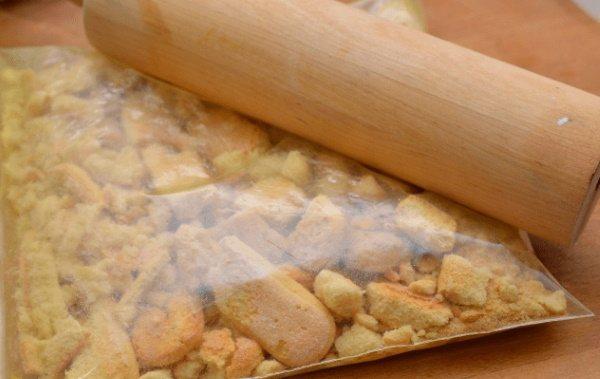 Десерт из печенья без выпечки со сгущенкой, сметаной, маслом, творогом, бананом