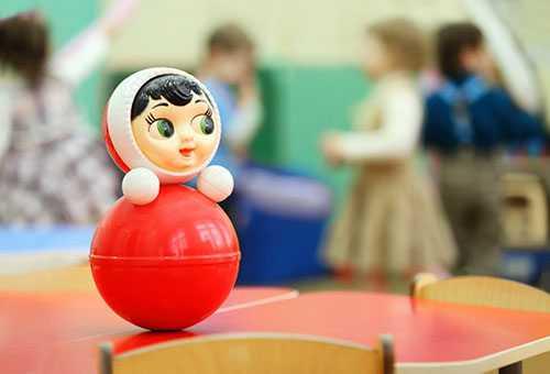 Детская игрушка - неваляшка