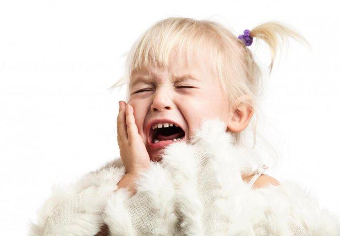 Девочка плачет, болят зубы