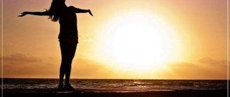 девушка встречает рассвет у моря