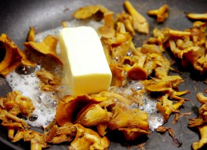 добавьте грибы в сухую неглубокую сковороду