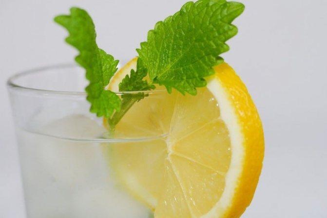 долька лимона в стакане