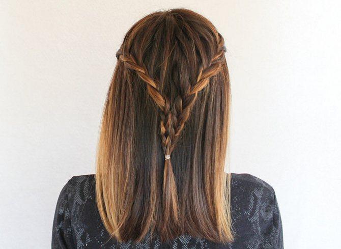 двух косичек с распущенными волосами