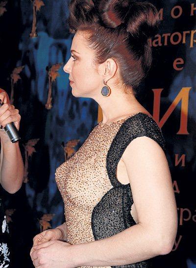 Екатерина ГУСЕВА пришла в сногсшибательном наряде и дополнила образ высокой причёской и эффектными серьгами