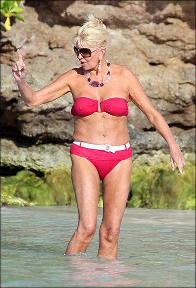 Экс-супруга Дональда Трампа Ивана Трамп предпочитает бикини с трусами, украшенными поясом и пряжками. Фото: Daily Mail.