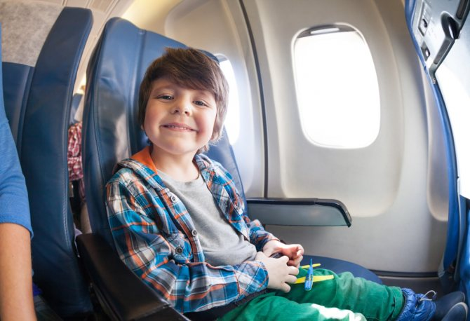 Фото: Маленький мальчик в самолете