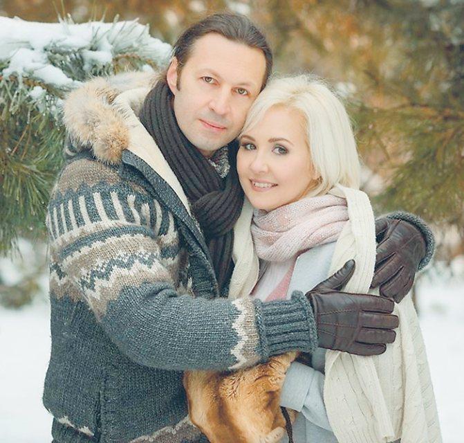 Как говорит сама Василиса, знакомство с супругом Сергеем состоялось благодаря астрологии. Сейчас пара воспитывает дочь и сына