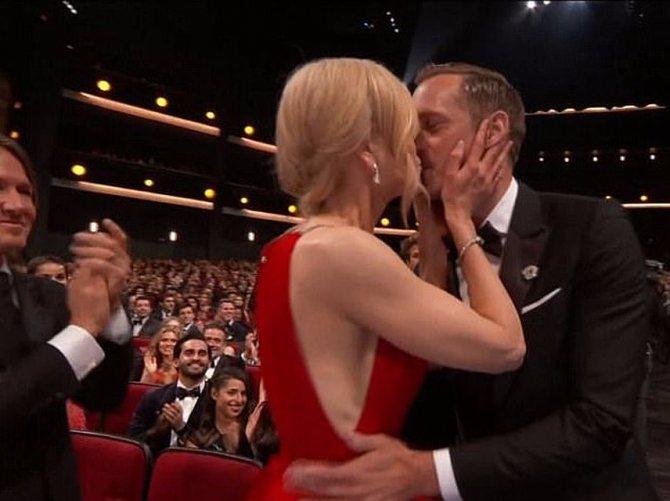 Кидман так обрадовалась за коллегу по сериалу, что страстно поцеловала Александра Скарсгарда в губы. Фото: кадр видео.