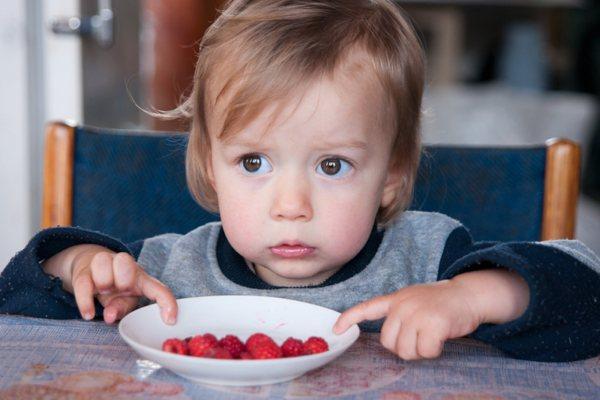 Конфеты лучше заменить ягодами или фруктами