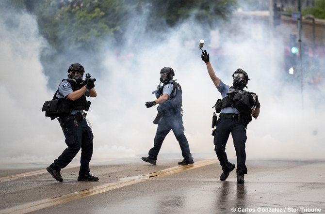 копы с дымовыми гранатами Фото: Carlos Gonzalez/Star Tribune/twitter