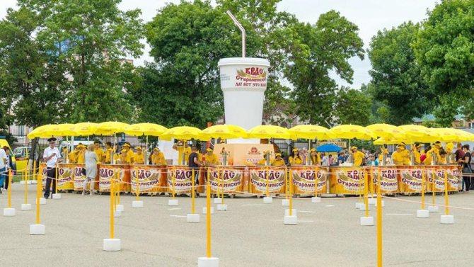 Кружка кваса объемом 5,2 тыс. литра на IV фестивале кубанского кваса в Староминском районе Кубани
