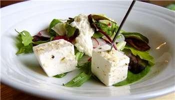 Кусочки брынзы в салате