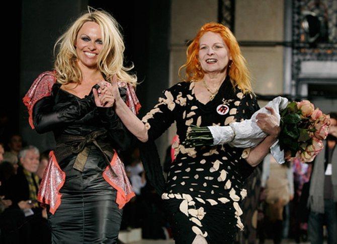 Любимая модель Вивьен Вествуд - Памела Андерсон. Видимо, у американской секс-бомбы, по мнению гуру моды, нет ни малейших проблем ни с макияжем, ни с нарядами. Фото: АР