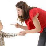 Мама ругает сына