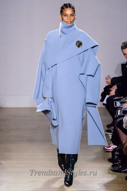модный образ в голубом пальто 2020