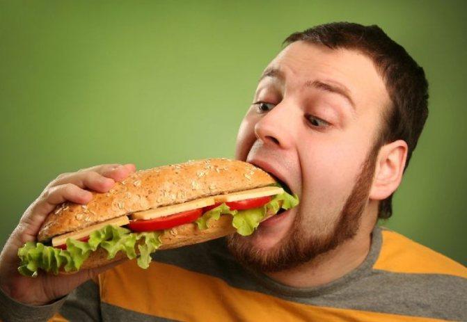 Мужчина с бутербродом