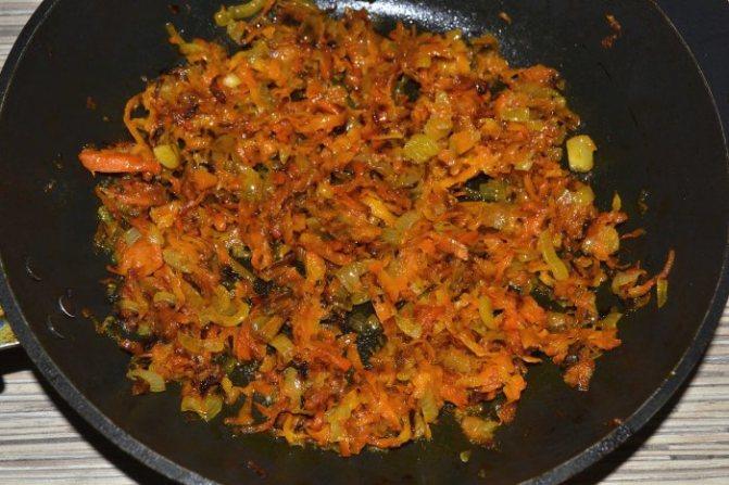 Обжаренный лук и морковь для паштета