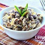 Пикантный салат с сухариками, фасолью и копченой колбасой