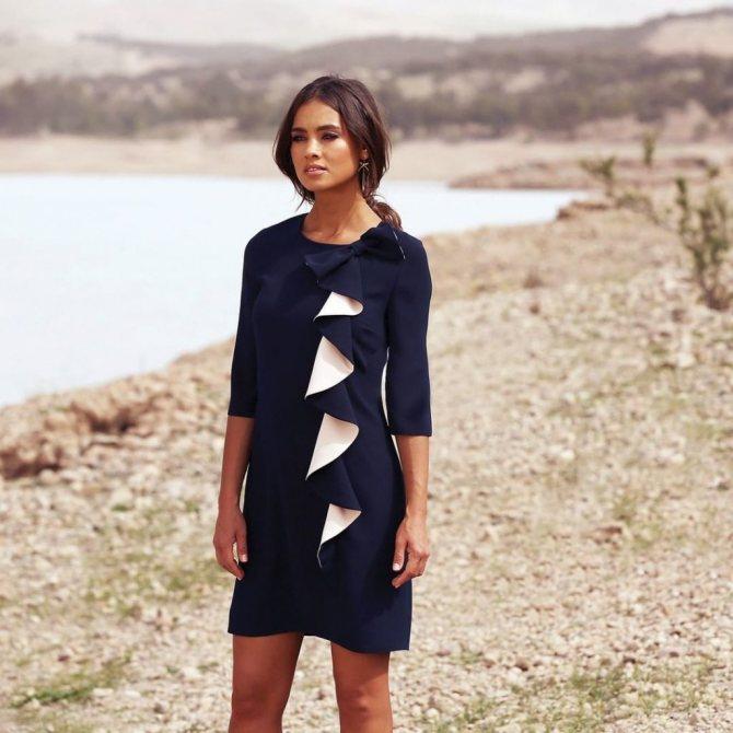 Платье с вертикальным воланом.