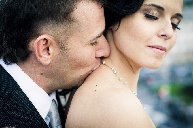 поцелуи в шею
