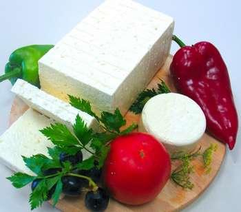 Порезанный сыр брынза с овощами