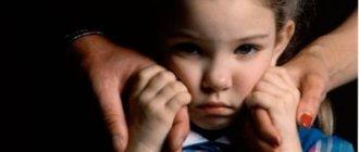 Ребенок держится за руки папы и мамы