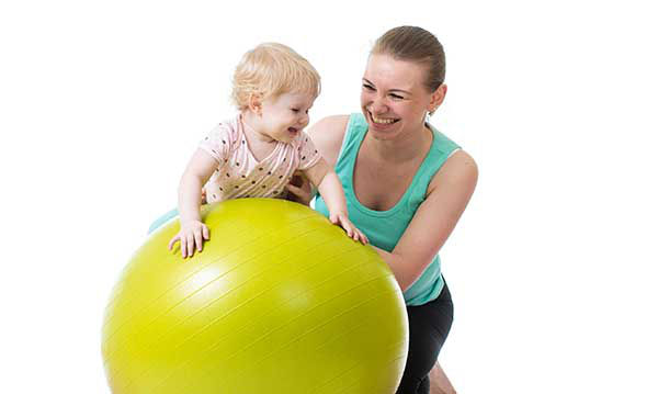 ребенок и гимнастический шар