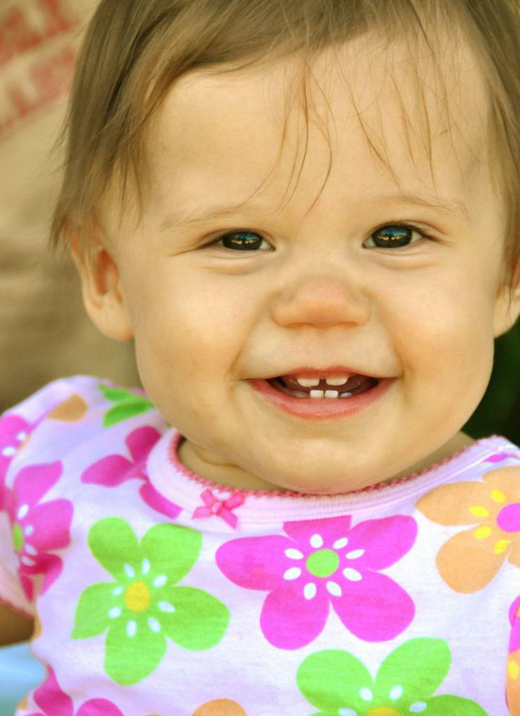 Ребенок улыбается, зубки здоровые