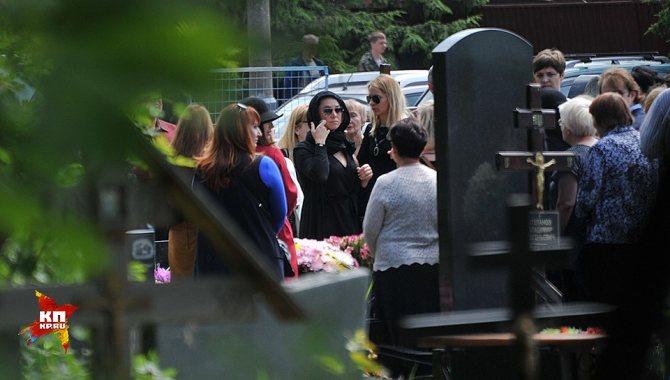 Родственники до приезда духовного отца Жанны накрыли на столе в кладбищенском шатре поминальную трапезу Фото: Евгения ГУСЕВА