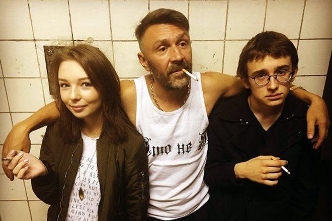 Сергей Шнуров с дочерью Серафимой и сыном Аполлоном