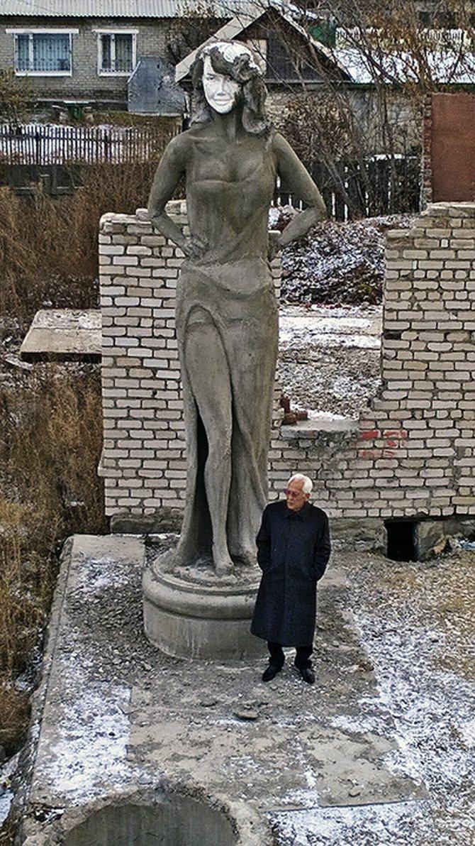 Скульптор Гамал Сагиденов со своим творением. Фото: Личный архив