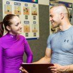 Тренер консультирует девушку по набору веса