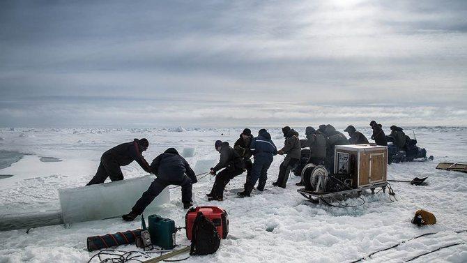 Участники экспедиции «Кара-зима 2015». Выполнение исследовательских работ на льду.