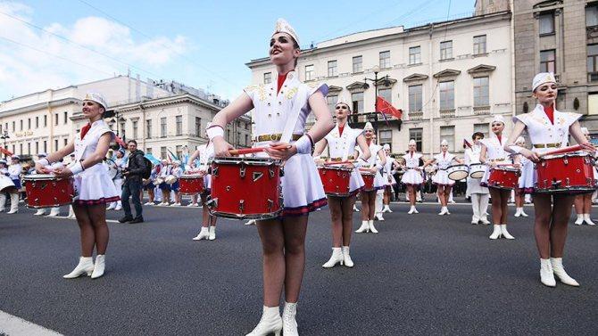 Участники самого большого барабанного крещендо в мире во время парада барабанщиков по Невскому проспекту