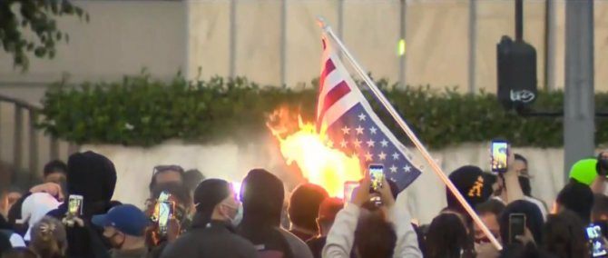 в Лос-Анджелесе сжут американский флаг в знак протеста