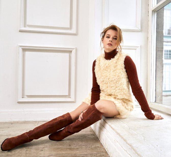 Водолазка и украшения, все – Christian Dior; платье, Be Blumarine; сапоги, Massimo Dutti